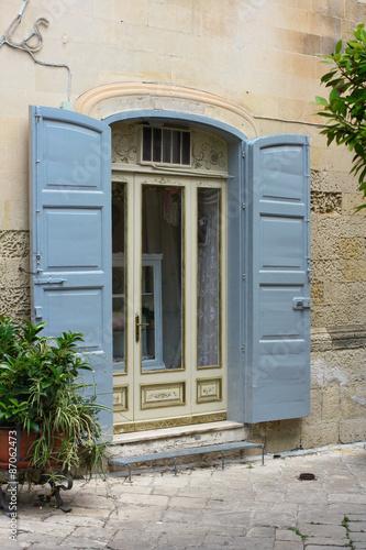 Finestra con persiane azzurre immagini e fotografie for Disegno finestra con persiane