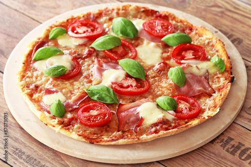 frische pizza ganz stockfotos und lizenzfreie bilder auf bild 87073093. Black Bedroom Furniture Sets. Home Design Ideas