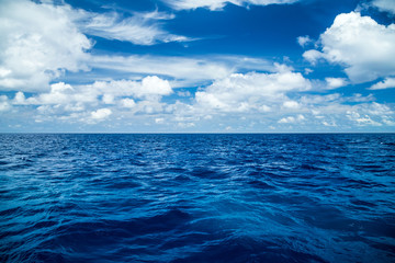 Poster Mer / Ocean blue ocean background with blue cloudy sky