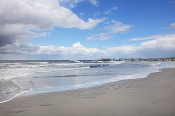 Plaża nad Bałtykiem z molem w tle