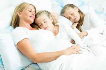 Mama mit Kindern beim schlafen