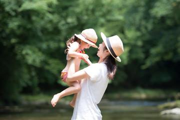 渓流で遊ぶ親子