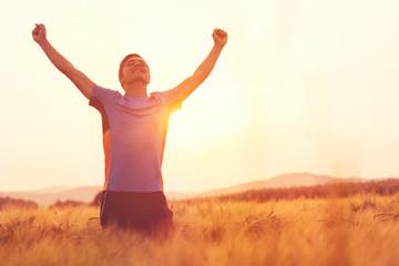 Junger Mann jubelnd nach Jogging