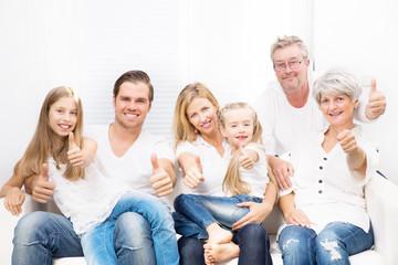 Großfamilie zusammen