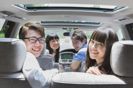車内で振り向く学生たち