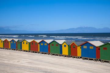 海水浴場のカラフルな脱衣小屋