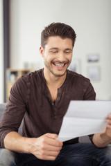 mann liest einen brief zu hause