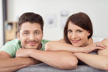 lächelndes paar auf dem sofa