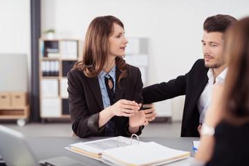 manager unterhalten sich in einer besprechung