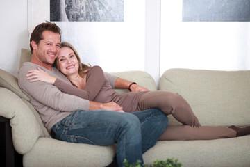 Mann und Frau auf der Couch