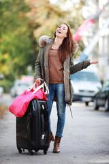 junge Frau auf dem Weg zum Urlaub