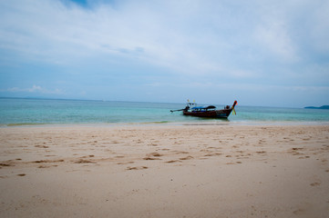 Тайская лодка у берега