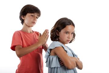 Niño rogándole a su hermanita