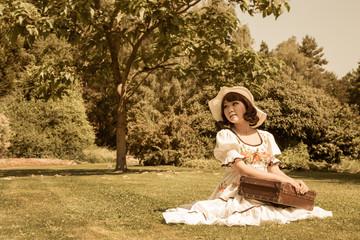 Junge Frau genießt den Sommer in der Natur. Altes Bild im Vintage Look.