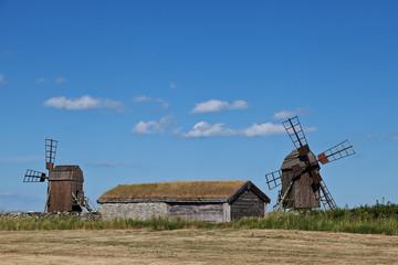 Historische Scheune mit Bockwindmühlen