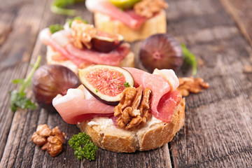 bread with cheese, fig and prosciutto
