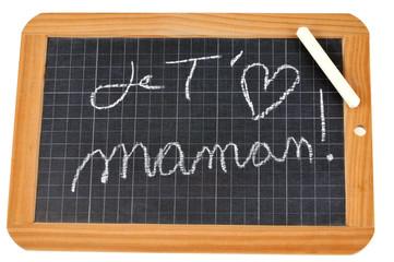 Je t'aime maman écrit sur une ardoise