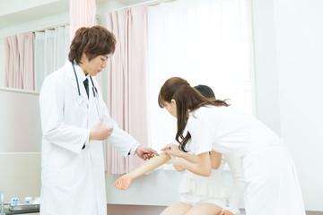 病室の医者と患者