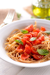 spaghetti di farina integrale com pomodoro ciliegino e basilico