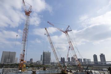工事現場イメージ 大規模建設現場 数多くのクレーンが並ぶ