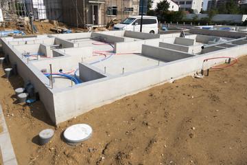 住宅の基礎工事 イメージ 基礎 床下の配管 下水 給水 排水 給湯器のパイプ