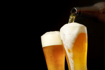 グラスにビールを注ぐ Pouring beer into glass