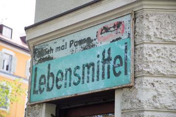 altes Gebäude, mit Ladenschild