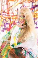 Frau mit Malfarbe im Gesicht