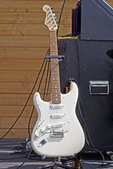 Guitare électrique blanche sur un support