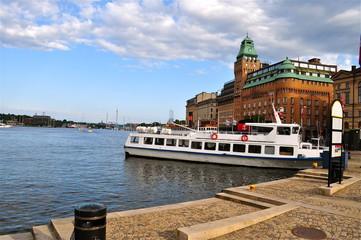 Stockholm am Wasser mit Passagierschiff