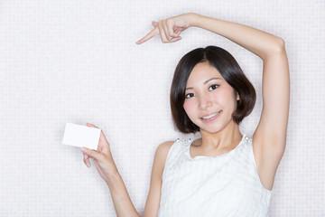 カードを宣伝する女性