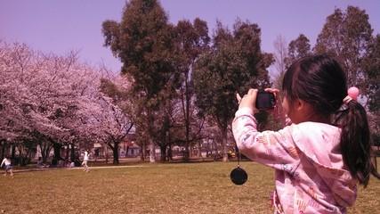 写真を撮る子供