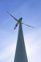 Windkraftanlage im Gegenlicht