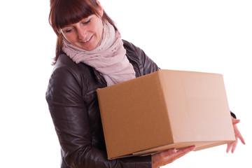 Junge Frau trägt eine Kiste