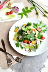 白い皿のサラダと食材