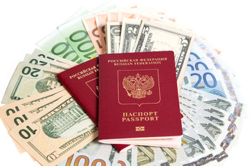 Российский паспорт и валюта на белом фоне.
