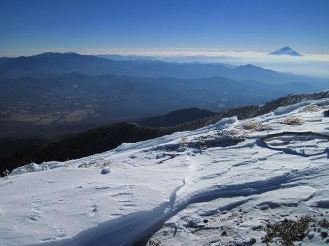 八ヶ岳 赤岳山頂付近より奥秩父の山々と富士山