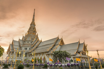 Poster de jardin Monument Wat Sothorn temple in sunset