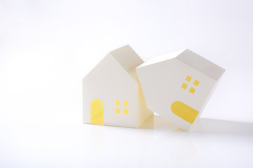 倒れた家の模型