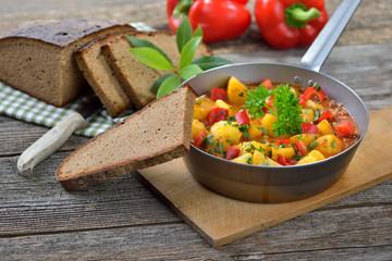 Vegetarisches Kartoffelgulasch in der Eisenpfanne serviert