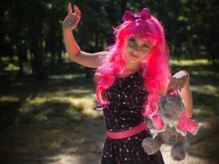 Девочка-кукла с мишкой