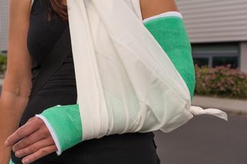 Frau mit gebrochenem Arm