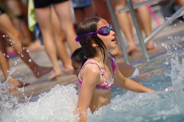 fillette à la piscine