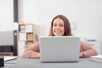 lächelnde studentin arbeitet am computer