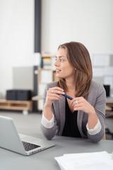 kompetente geschäftsfrau in einem modernen büro