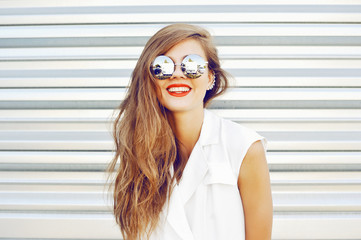 Smiling fashion girl in sunglasses - outdoor