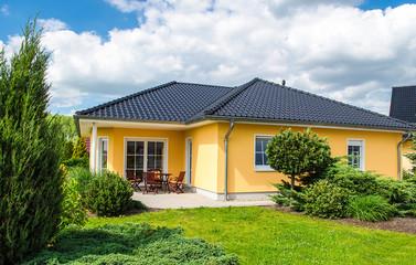 weisses Haus mit Terrasse