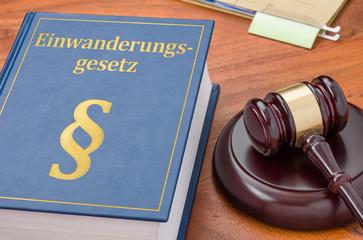 Gesetzbuch mit Richterhammer - Einwanderungsgesetz