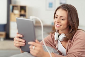 junge frau hört musik mit ihrem tablet-pc