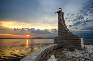 Kleiner Leuchtturm an der Küste bei tollem Sonnenuntergang